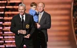 Joe Montana accepte le trophée au nom de Peyton Manning en compagnie d'Archie Manning et le fils de Peyton, Marshall